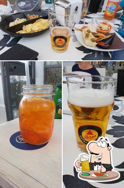 Puoi ordinare un rinfrescante bicchiere di birra chiara o scura