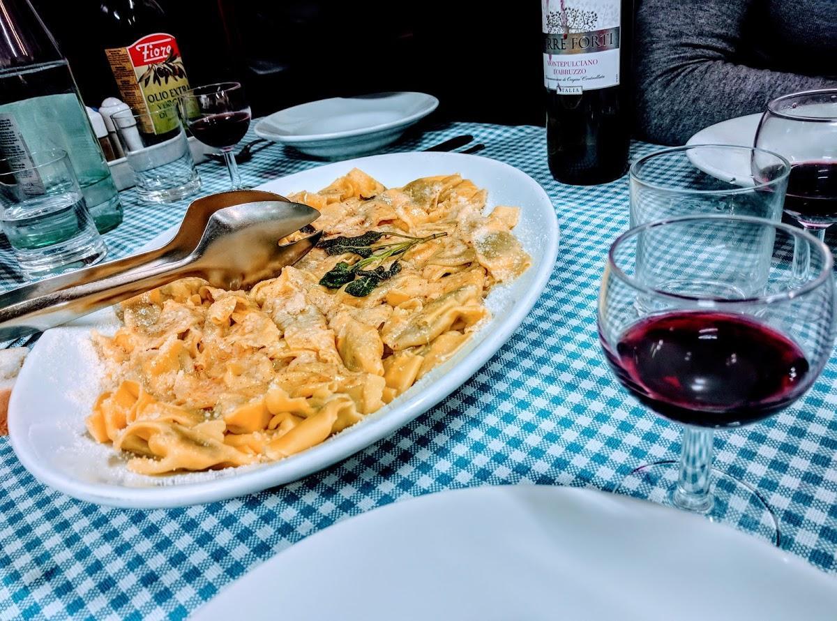 Es estupendo tomarse una copa de vino en Corto Maltese