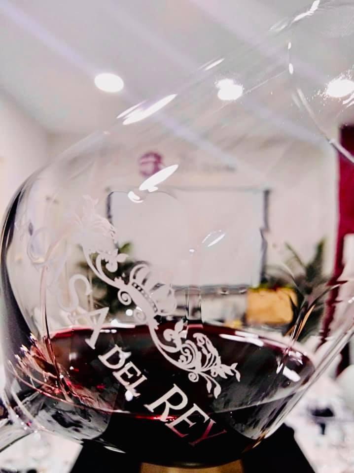 Es estupendo disfrutar de una copa de vino en La Casa Del Rey
