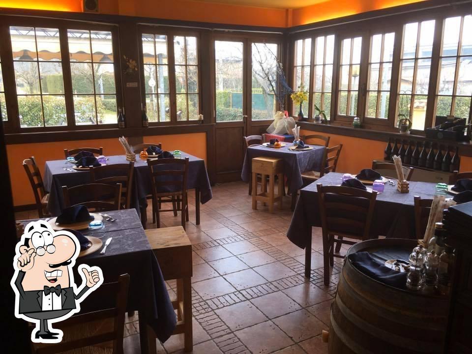 Gli interni di Osteria Vineria Il Borgo