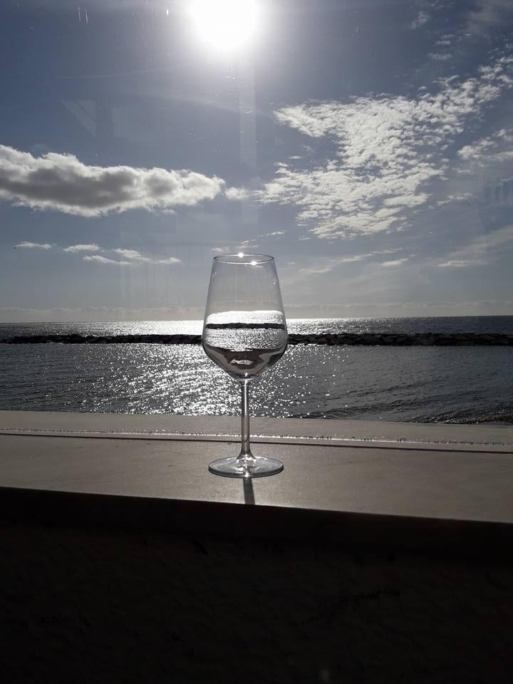 Genießen ein Glas Wein am Ende eines harten Tages