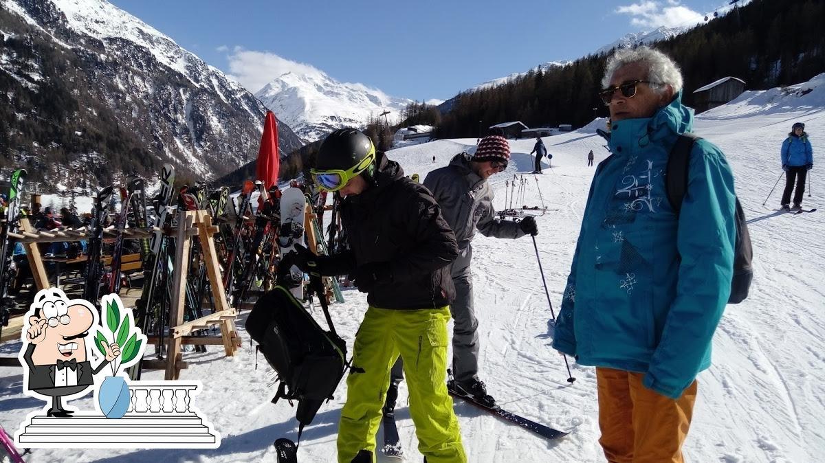 Schnappt frische Luft außerhalb Skirestaurant Bergzauber