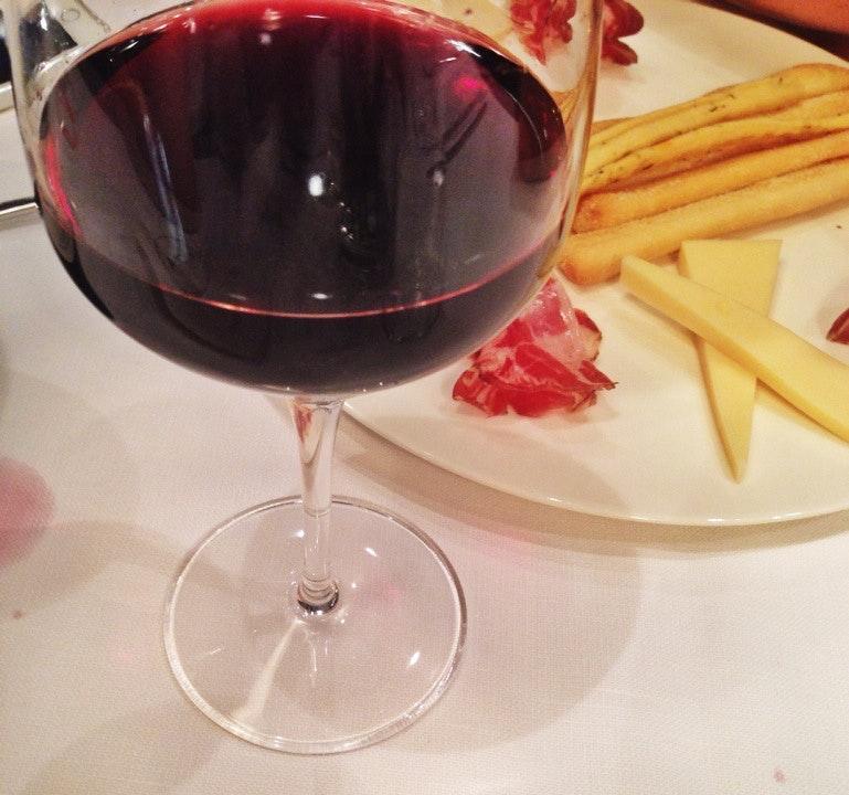 È gradevole bersi un bicchiere di vino al ristorante Viola Ristorante