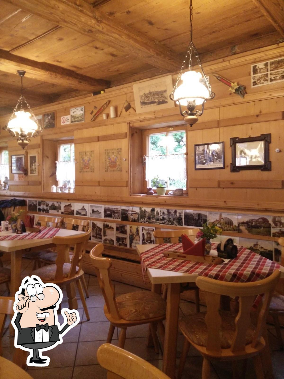 Nehmt an einem der Tische im Gaststätte Zur Weberstube Platz