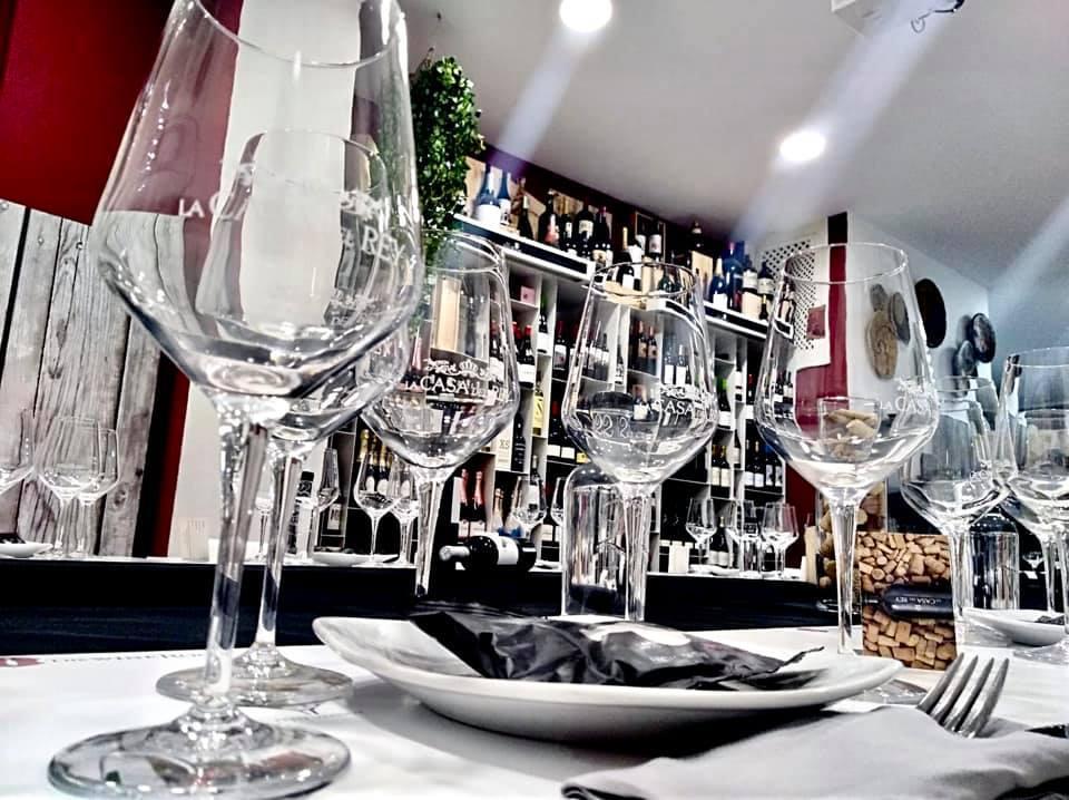 Disfruta de un vino en La Casa Del Rey
