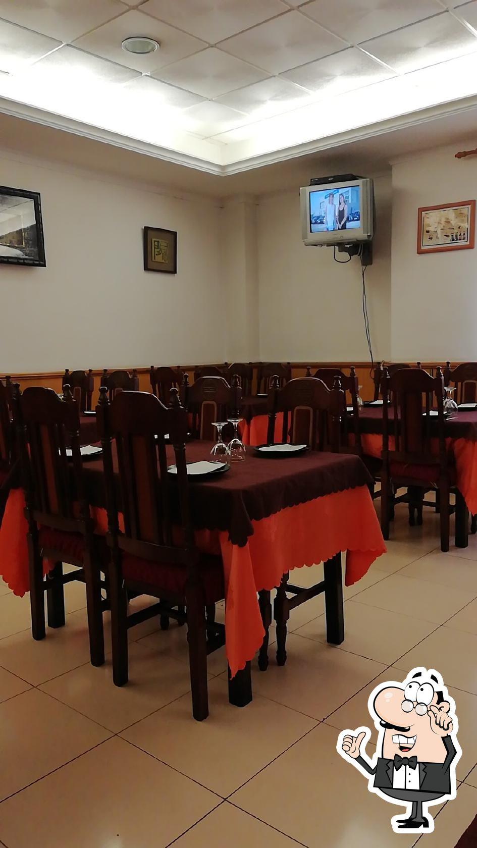 Siéntate a una de las mesas de Restaurant El Fénix