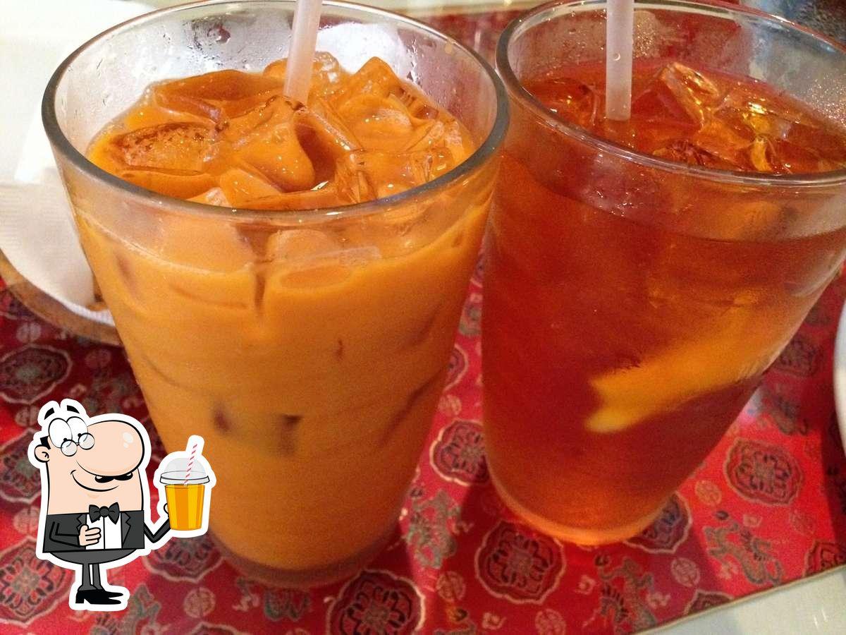Phensri Thai sirve distintas bebidas