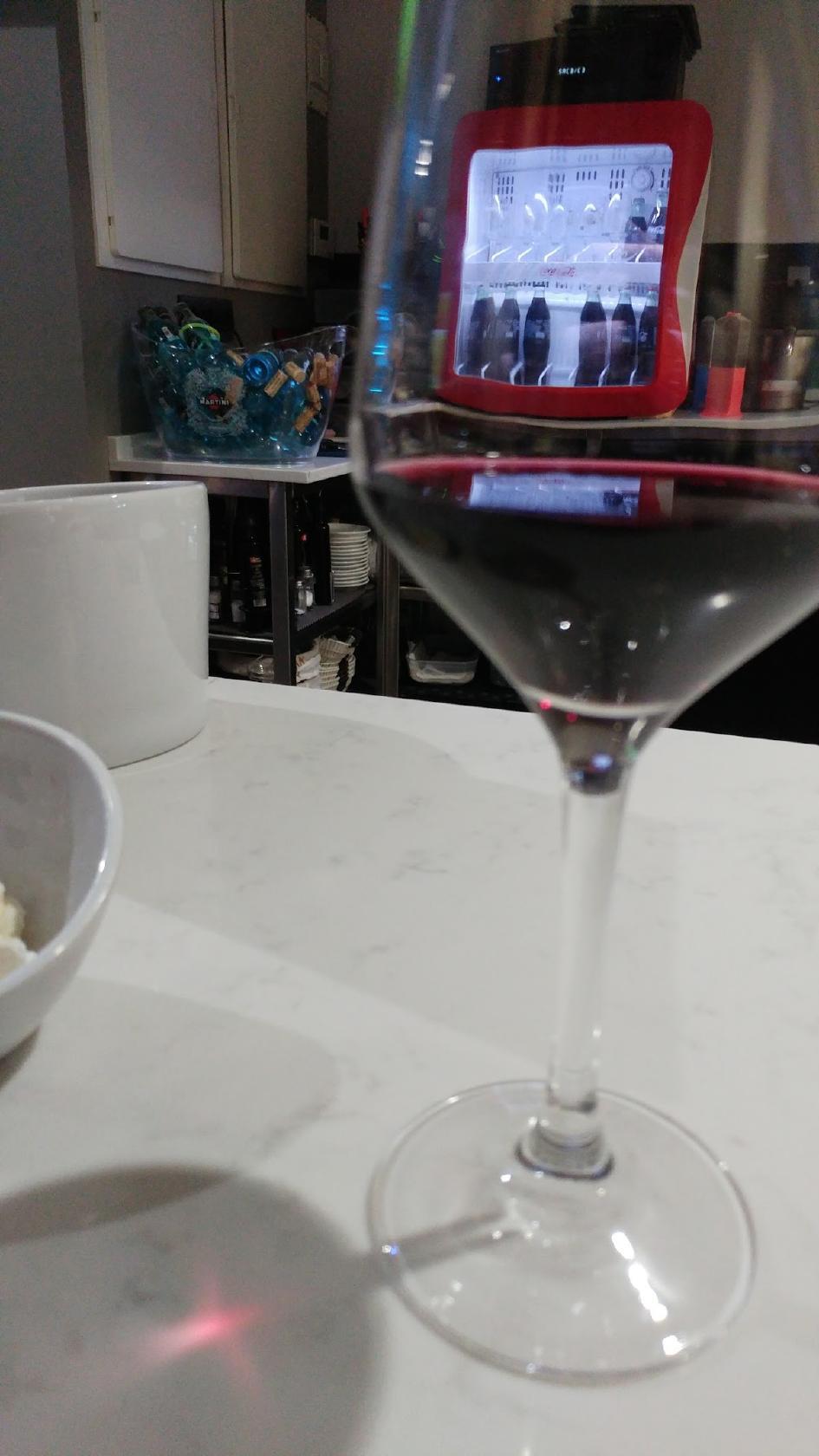 Es estupendo saborear una copa de vino en Bar acebo