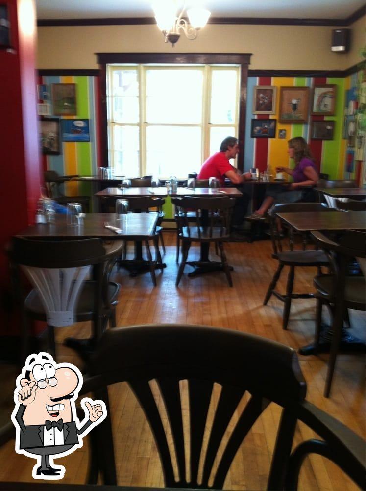 Installez-vous à l'une des tables de Café Aragon