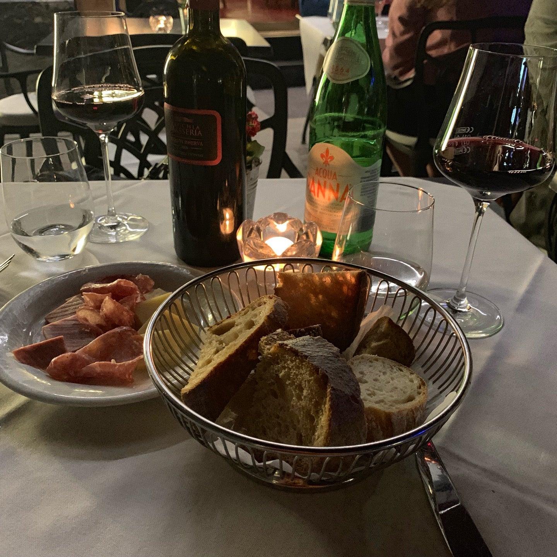 Genießt ein Glas Wein bei Ristorante Bottegone
