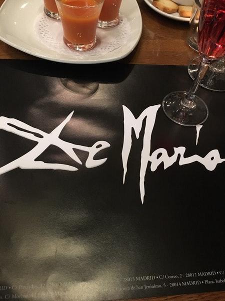 Disfruta de un vino en De María Parrilla Opera