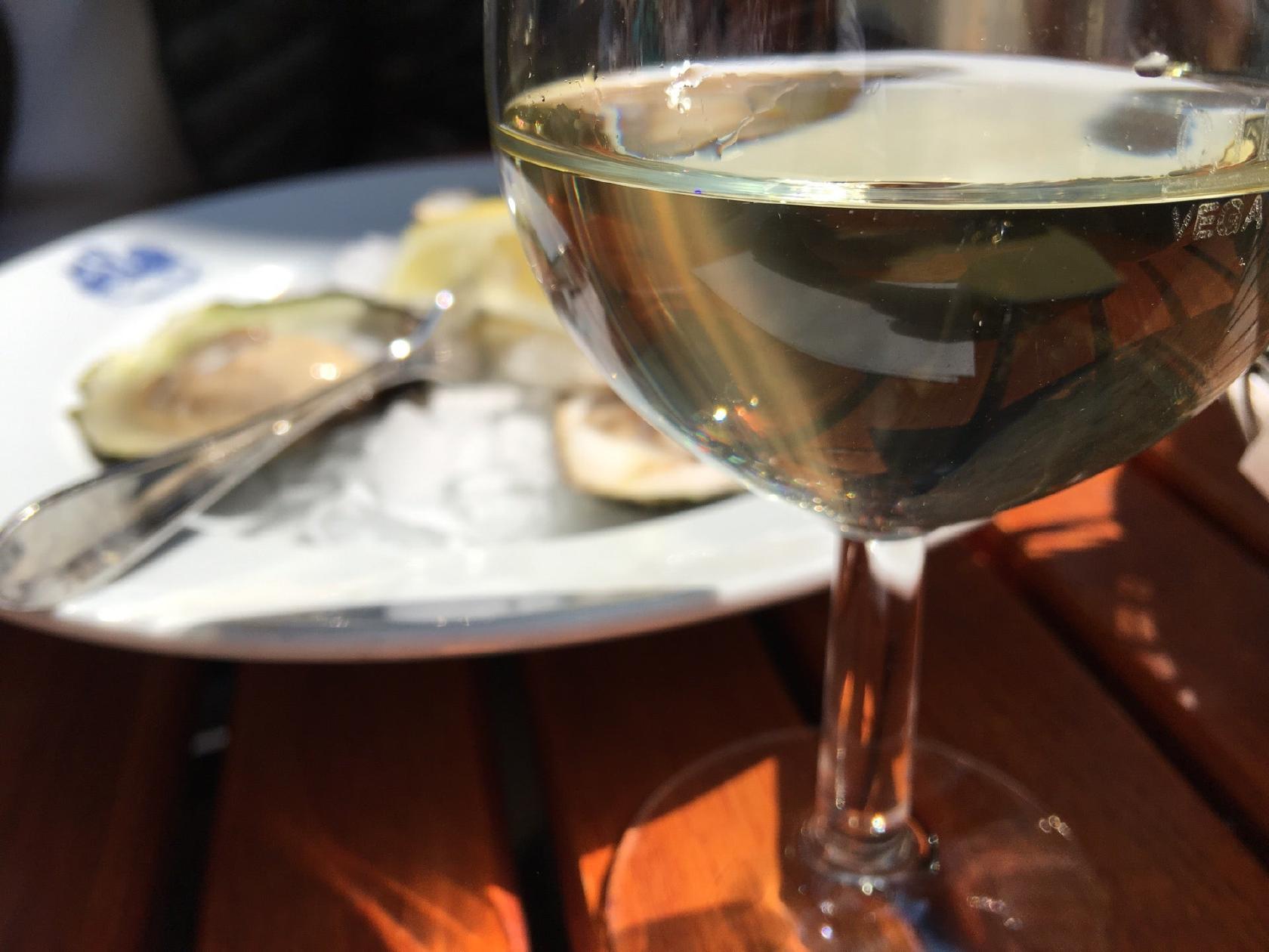 Genießt ein Glas Wein bei Poseidon