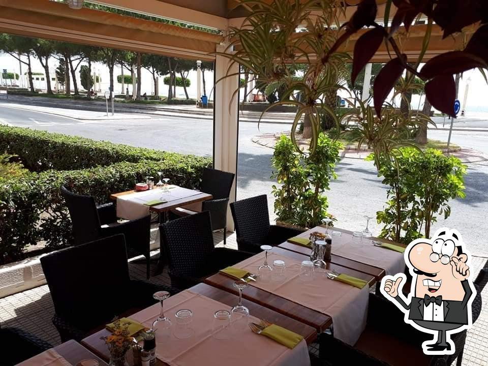 Siéntate a una de las mesas de Restaurante Las Coronas