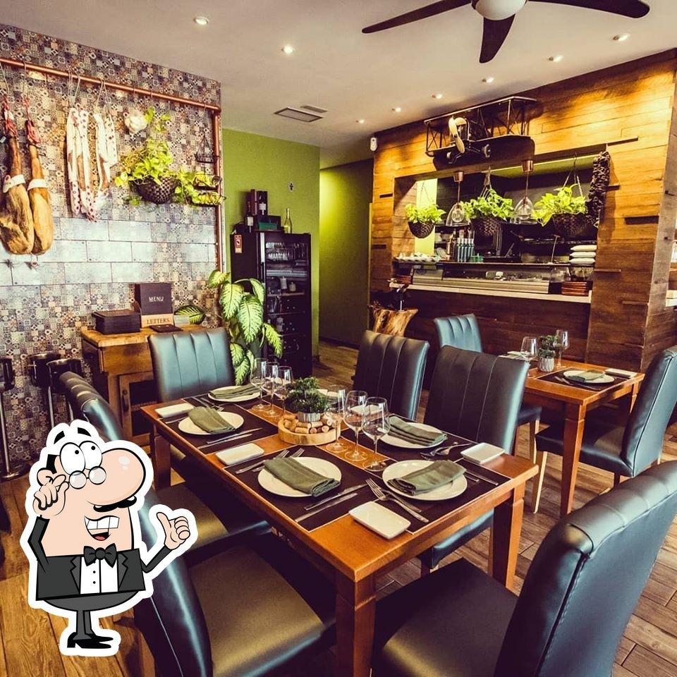 Take a seat at one of the tables at Restaurante Las Tablas del Rey