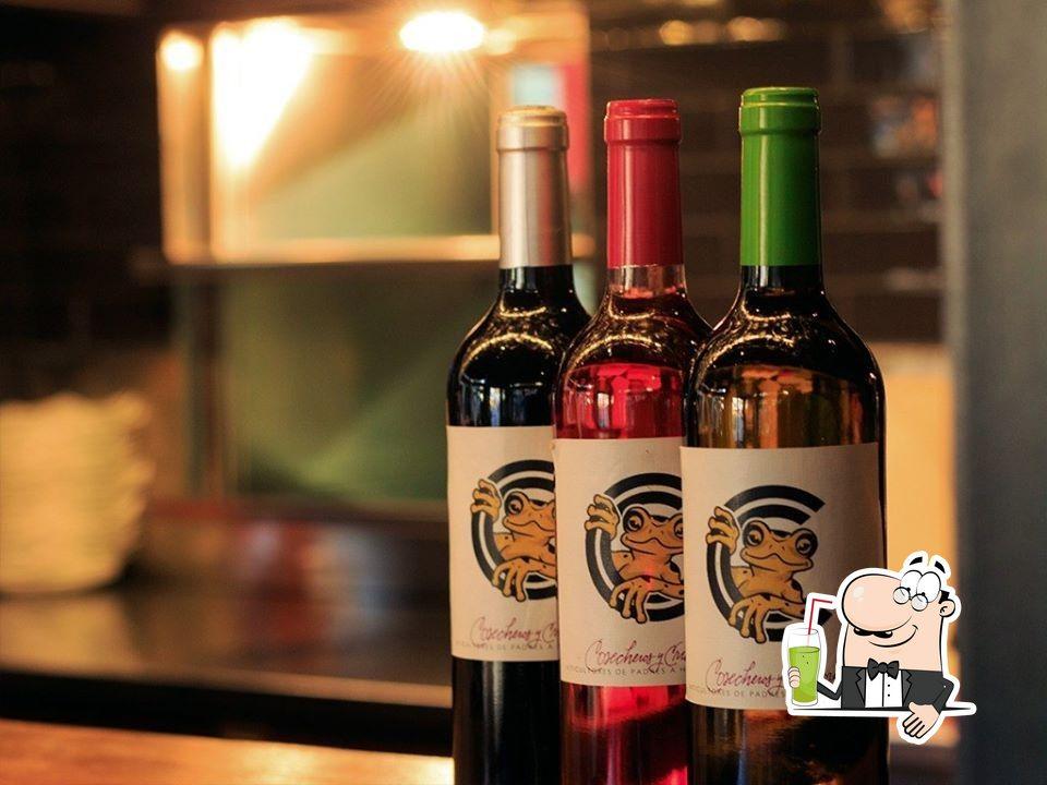 Закажите различные напитки, предлагаемые Croak's Girona