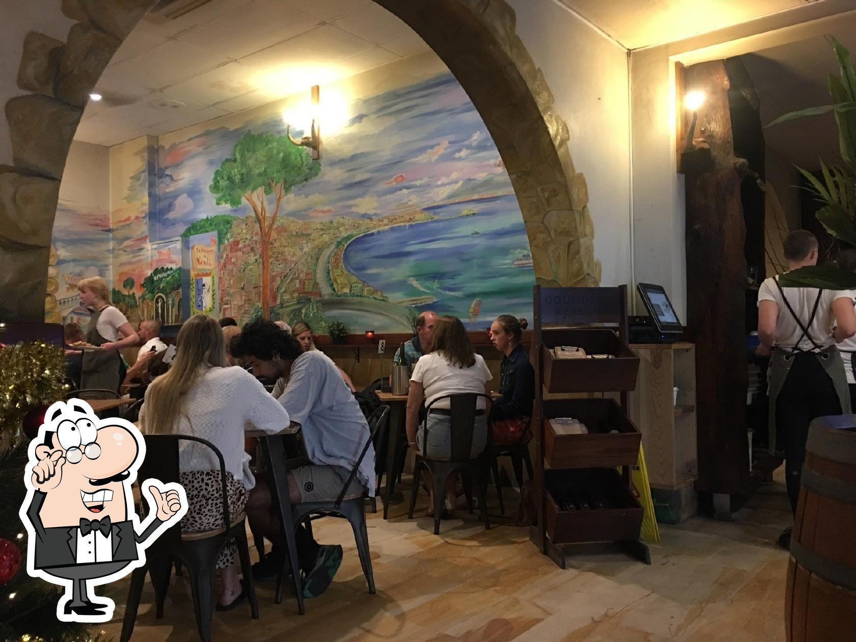 Посмотрите на внутренний интерьер Ruocco's Pizzeria e Ristorante