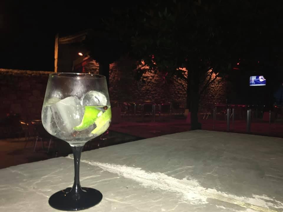 Disfruta de una copa de vino en Terraza-Restaurante Casa Miguel