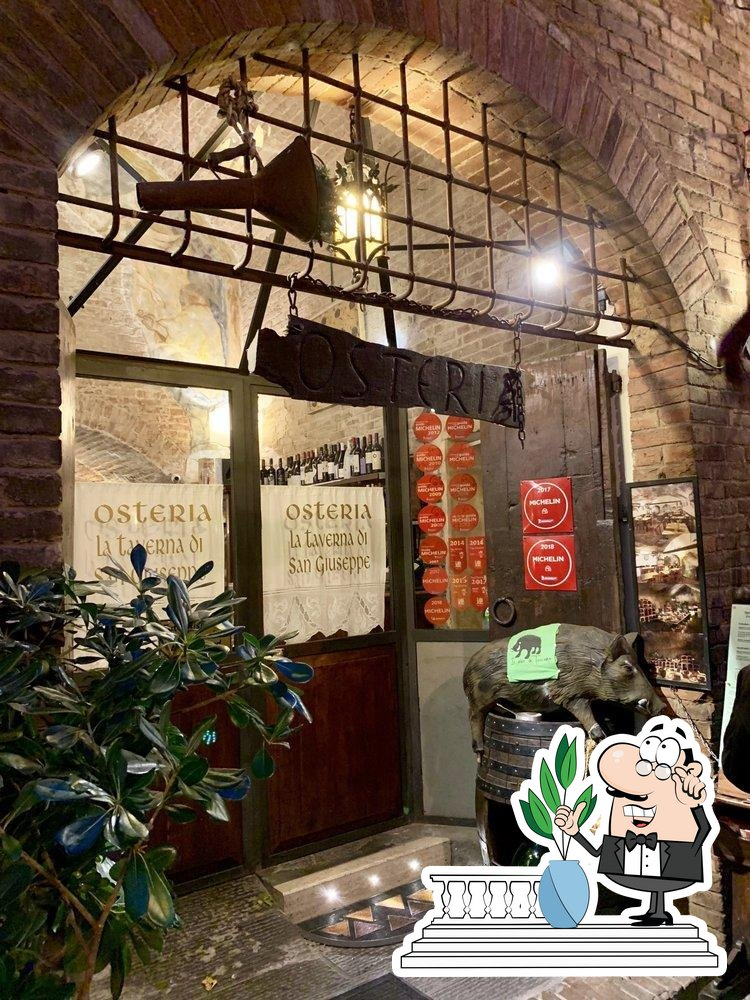 Curiosa tra l'area esterna di Taverna di San Giuseppe