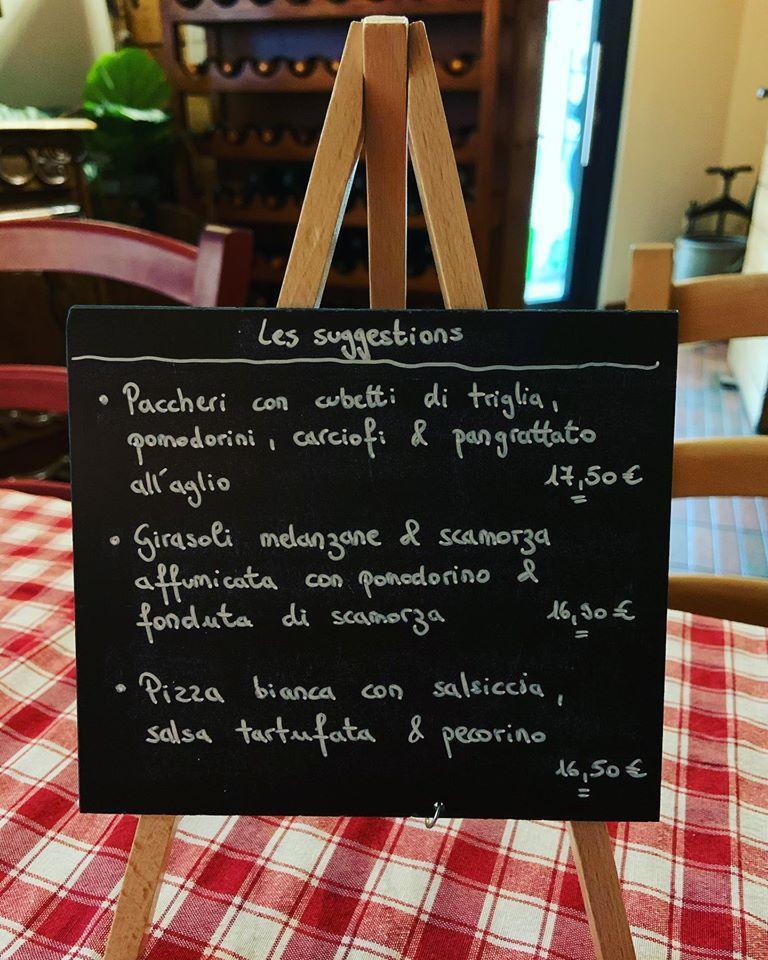 Ristorante Pizzeria La Taverna présente un tableau affichant le menu