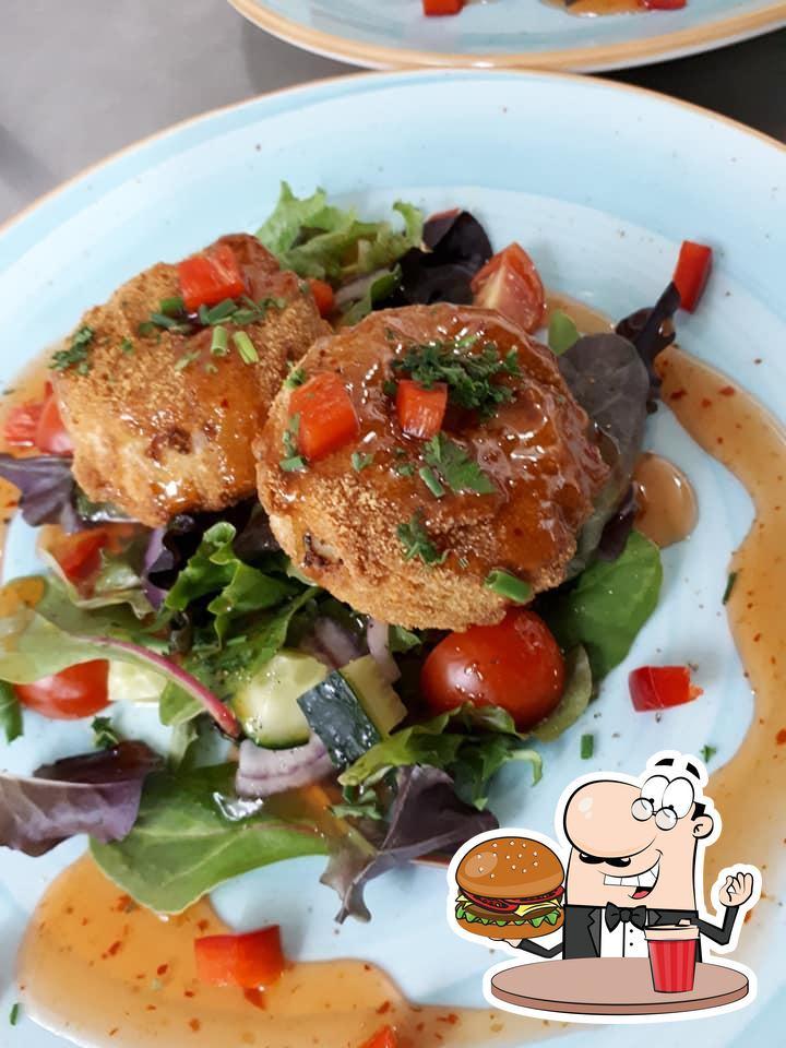 Degusta una de las hamburguesas que sirven en Restaurante Las Coronas