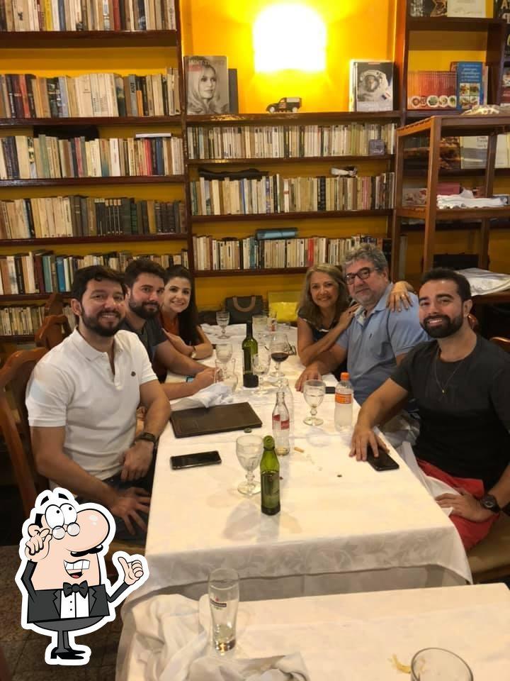 Sente em uma das mesas no Restaurante La France
