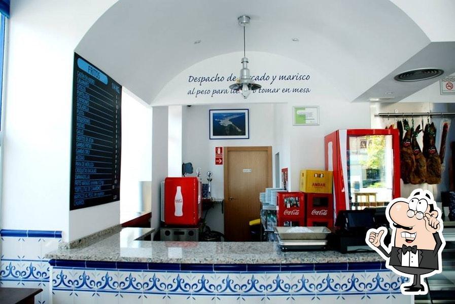Siéntate a una de las mesas de Restaurante Zaragoza Mar de Cádiz
