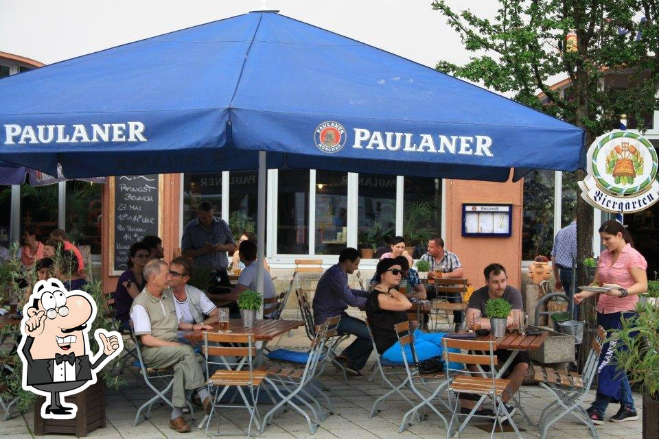 Nehmt an einem der Tische im PAULA Gastro GmbH Platz