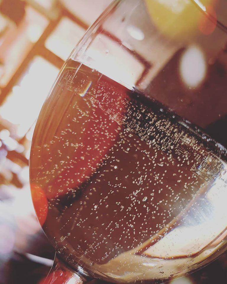 Закажите бокал вина в Quel Que Quieres