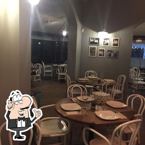 Siéntate a una de las mesas de Restaurante Cachito Novo