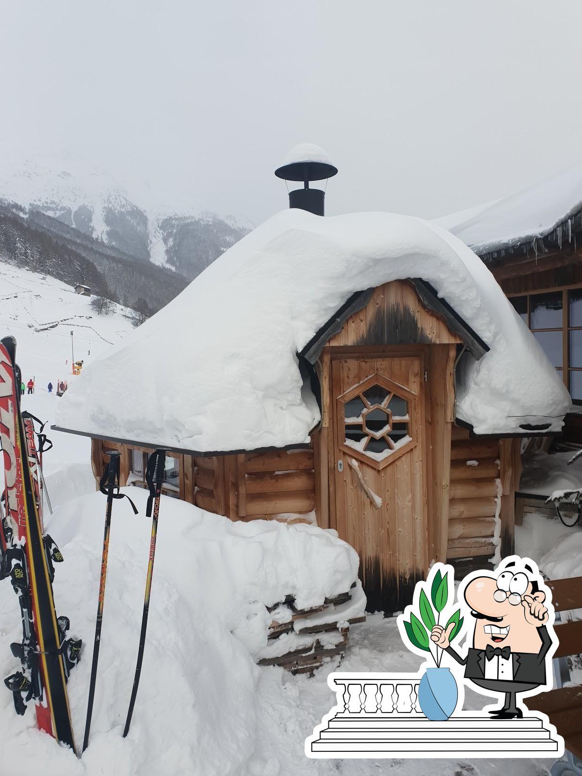 Genießt die Aussicht außerhalb von Skirestaurant Bergzauber
