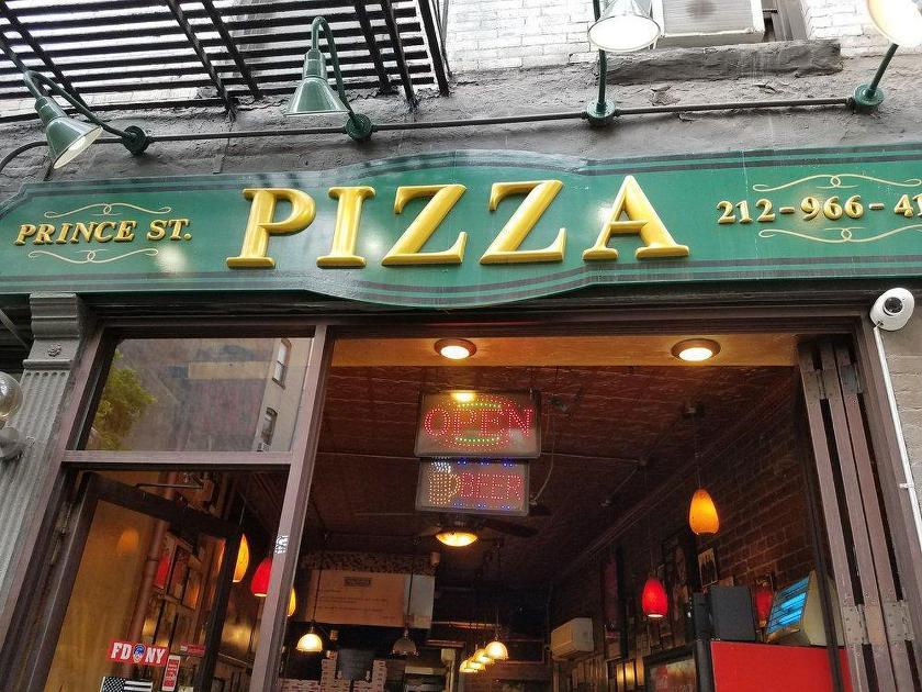 Una porción de pizza al estilo Nueva York